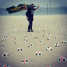 Activistas montan en la arena 500 globos pintados en forma de balones de fútbol que representan a los 500,000 homicidios ocurridos en Brasil en los últimos 10 años, en la playa de Copacabana en Río de Janeiro, Brasil.  Foto: AFP