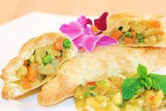 Vegane Blätterteig Samosas mit Mango-Minz-Feigen-Chutney.