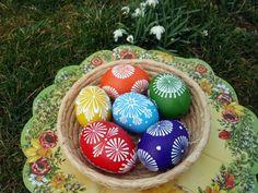Velikonoční kraslice - barevná 6ks Ručně voskem malované velikonoční kraslice, které budou třeba zdobit Váš stůl, až k Vám přijdou koledníci... Vajíčka jsou domácí, slepičí velikosti cca 6x4cm. Cena je za sadu 6ks,sada je zvýhodněná. Vzory na kraslicích se mohou oproti fotografii lišit, barevná kombinace bude zachována. Pokud byste chtěli jiné množství či ...