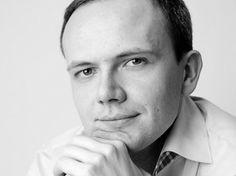 Prawda jest taka, że o tym seksie często nie mamy z kim porozmawiać, bo nie wynosimy takiego nawyku z domu rodzinnego, dlatego nawet wtedy, kiedy jest okazja, to czasem trudno nam mówić o sobie – o seksualności Polaków mówi ekspert EksMagazynu, Daniel Cysarz. więcej na: http://www.eksmagazyn.pl/wazny-temat/ekscytujacy-bohater/daniel-cysarz-pan-od-seksu/
