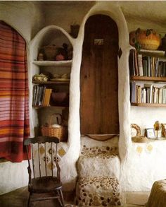 This Cob house interior is so stunning, i love the organic shape of the walls and the wooden roof. Inside a Cob house Vancouver . Bohemian House, Bohemian Interior, Maison Earthship, Earthship Home, Handmade Home, Cob House Interior, Interior And Exterior, Interior Design, House Interiors