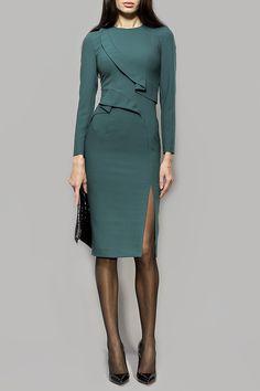 платье - футляр с ярко-выраженной линией талии с заужением силуэтной линии к низу, декорированное отлетным, обтачным элементом по полочке. Рукав втачной, классической длины.