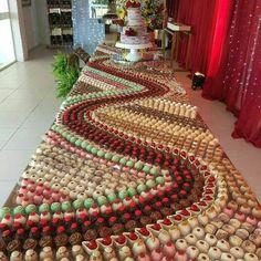 Tendência em casamentos, a mesa mosaico de doces faz sucesso nas festas por onde são usadas na decoração. Meat Trays, Food Platters, Meat Platter, Appetizer Buffet, Dessert Buffet, Party Buffet, Dessert Food, Köstliche Desserts, Wedding Desserts