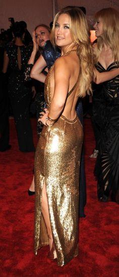 Kate Hudson wearing a low-cut backless gold dress with a slit for her leg. Kate Hudson, Jeanne Damas, Jane Birkin, Sophia Loren, Matilda, Audrey Hepburn, Marilyn Monroe, Fashion Vestidos, Mode Chic