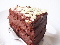Schokosahnetorte bestehend aus einem Biskuit sowie einer Schokocreme aus Schokopudding und Sahne- eine sehr schokoladige, nicht allzu mächtige Tortenfüllung