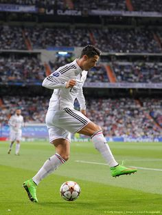 Cristiano Ronaldo Photos Photos - Cristiano Ronaldo of Real Madrid in action during the UEFA Champions League Group B match between Real Madrid CF and FC Basel 1893 on September 2014 in Madrid, Spain. - Real Madrid CF v FC Basel 1893 Cristiano Ronaldo 7, Ronaldo Juventus, World Best Football Player, Good Soccer Players, Football Players, Cr7 Football, College Football, Ronaldo Real Madrid, Cr7 Vs Messi