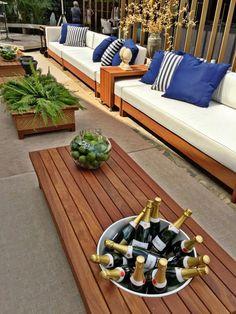 casa cor paraiba - jardim com mobiliário em madeira e tons de azul - mesa com espaço para champanheira