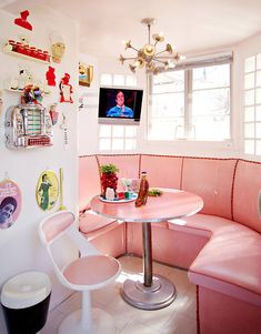 Pink kitchen in the LA home of artist Allee Willis architecture house interior design banquette kitchenette dinette retro Casa Retro, Retro Home, Booth Seating, Deco Addict, Aesthetic Rooms, Vintage Kitchen, Kitchen Retro, Kitchen Nook, Retro Pink Kitchens