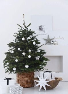 Liebesbotschaft: December-Weekend: Love Message Sweater and .- Love message: December weekend: love message sweater and the most beautiful Christmas tree. Minimalist Christmas Tree, Small Christmas Trees, Beautiful Christmas Trees, Noel Christmas, Rustic Christmas, Christmas Tree In Basket, Scandinavian Christmas Decorations, Modern Christmas Decor, Holiday Tree