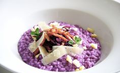 The beautiful color of this delicious risotto comes from. Kitchen Recipes, Gourmet Recipes, Pasta Recipes, Cooking Recipes, Healthy Recipes, Gourmet Foods, Purple Food, Molecular Gastronomy, Food Design