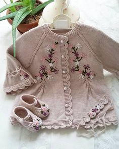 12 Projects For Vintage Linens Repurposed - Top Craft Ideas Kids Outfits, Cute Outfits, Moda Emo, Chenille Bedspread, Vintage Mode, Jacket Pattern, Baby Knitting Patterns, Quilted Jacket, Sewing For Kids