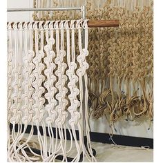 Beautiful for my bedroom window Macrame Design, Macrame Art, Macrame Projects, Macrame Knots, Macrame Wall Hanging Patterns, Macrame Plant Hangers, Macrame Patterns, Yarn Crafts, Sewing Crafts