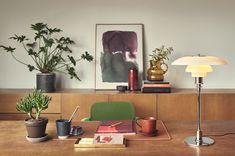 Wusstet Ihr, dass mit der richtigen Schreibtisch-Beleuchtung die Leistungsfähigkeit gesteigert werden kann? Und nicht nur das: Von der Lichtintensität und -farbe hängen nicht nur Motivation und Produktivität, sondern auch die Freude am Arbeiten oder Lernen ab. Modern Home Offices, Modern Office Design, Modern Desk, Diffuse Reflection, Diffused Light, Incandescent Bulbs, Glass Table, Floor Lamp, Diffuser