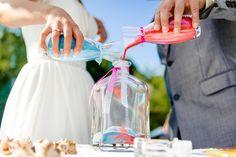 Die Sandzeremonie Bei der Sandzeremonie handelt es sich um einen Hochzeitsbrauch der in den USA bis heute gelebt wird. Sie stellt eine Alternative zur bei uns bekannten Hochzeitskerz dar. Der Sand steht symbolisch für die Zusammengehörigkeit der Brautleute.   #Die Sandzeremonie
