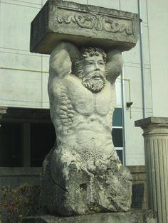 "Skulptur ""Atlas"" aus Stein - http://www.achillegrassi.com/de/project/scultura-mitologica-atlante-in-pietra-bianca-di-vicenza/ - Mythologische Skulptur ""Atlas"" aus weißem Stein von Vicenza(elfenbein)  Maße:  scultura 100cm x 85cm x 205cm vasca 120cm x 70cm x 45cm"