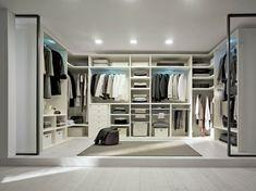 begehbarer Kleiderschrank in Weiß