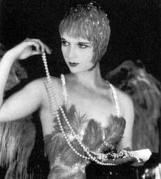 La nouvelle féminité: la nuque dégagée met en valeur de grands colliers Louise Brooks.