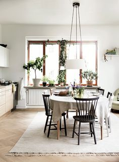 At-home Nirvan-richter-norrvgavel-kitchen-dining-table coking-plants-table… Cozy Kitchen, Living Room Kitchen, Kitchen Dining, Home Interior, Interior Decorating, Interior Design, Dining Area, Dining Table, Eclectic Furniture