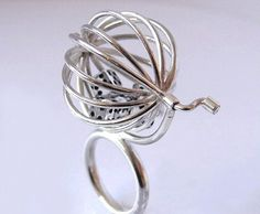 HM-gadgety jewelry you might like :-) functioning dice cage ring Contemporary Jewellery, Modern Jewelry, Metal Jewelry, Jewelry Art, Jewelry Rings, Jewelery, Silver Jewelry, Jewelry Design, Unique Jewelry