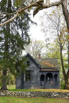 A refuge country  Posted on November 11, 2012  This fairy tale home nestled in a forest of the state of New York is the escape for two weekends workers overbooked Manhattan.     A country retreat    This fairytale weekend hideaway nestling in New York two refills forest workers busy Manhattan.