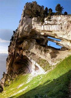 L'arche de chartreuse dans les Alpes français. La France a un paysage trés beau et diversifié, un des plus beaux, à mon avis.