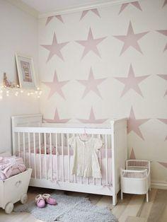 chambre bébé en blanc et rose pâle avec une peinture décorative dessins étoiles roses