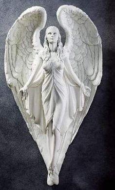 Atrapada en la piedra...Bellísima escultura de un Ángel ascendiendo.