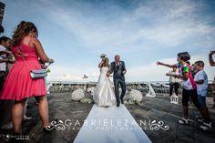 Gli sposi sotto il lancio del riso a La Spezia Castello S.Giorgio