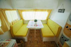 Caravanas Vintage en alquiler en el camping situado en primera línea de mar, en la Costa Dorada.  Se permiten mascotas. Floor Chair, Toddler Bed, Flooring, Pets, Furniture, Home Decor, Beach Feet, Camper Van, Child Bed