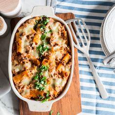 Großes Loch in der Mitte und tiefe Rillen: Rigatoni nehmen besonders gut die Hackfleisch-Sauce auf, die von Mozzarella und Parmesan bedeckt wird.