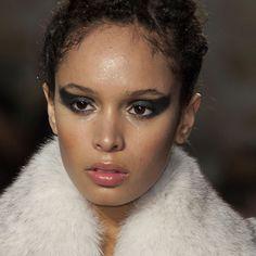 Oeil de chat sur le défilé Haute Couture Fred Sathal