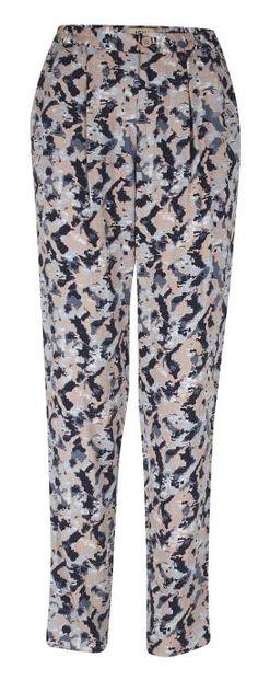 Pantalón bombacho con estampado militar en tonos pastel.
