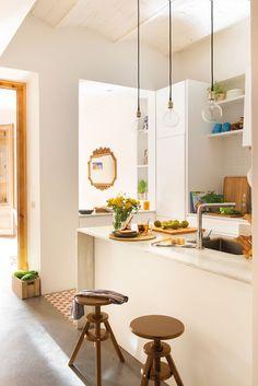 Cocina en blanco con isla estrecha y office al fondo - Reformar cocina pequena ...