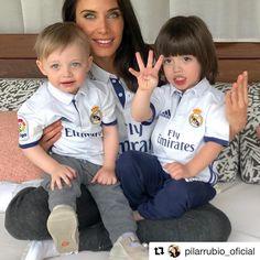 La felicitación más tierna: Pilar Rubio y sus hijos, Sergio y Marco, felicitan a Sergio Ramos tras proclamarse el Real Madrid campeón de liga. 😍 Repost de @pilarrubio_oficial ・・・ Enhorabuena mi amor @sr4oficial . @laliga ya es vuestra y nosotros solo podemos sentirnos orgullosos de tener al mejor en casa. Te queremos ❤👨👩👦👦❤️ #pilarrubio #sergioramos #realmadrid #sergioramosjr #marcoramos