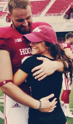 goals football Dating a College Football Player Dating of a college football player - The Odyssey Online Football Couple Pictures, Football Couples, Football Outfits, Football Costume, Sports Couples, Funny Football, Football Quotes, Football Fashion, Couple Photos