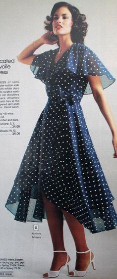 1979 polka dot wrap dress with high low hemline - Unterrock Chiffon Nylons Tüll Satin Seide - Retro 70s Women Fashion, 70s Inspired Fashion, Fashion History, Fashion 2020, Vintage Outfits, Vintage Dresses, Vintage Fashion, 1970s Dresses, Cute Dresses