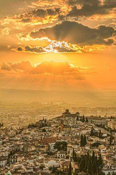 Fotografía by Iván Ariza @fotoraised #Alhambra #Granada #Sunset Granada, Beautiful Day, Beautiful Pictures, Jerusalem Israel, Airplane View, Spain, Clouds, Sky, Celestial