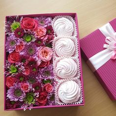 Подарочная коробочка с цветами и домашним зефиром от Pidu 24 Agentuur. Доставка по Таллину. Для заказа www.pidu24.eu/shop