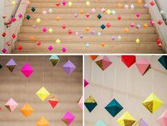 faire une guirlande en papier, décoration intérieur diy avec papier et fil, projet diy facile avec cubes multicolore