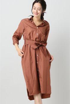 ロングシャツワンピース  ロングシャツワンピース 9720 タイムレスに使える形のきれいなシャツワンピースはワードローブに一枚欲しいアイテム シルエットにこだわり程よいゆるみをもたせています きれい目過ぎずカジュアルすぎずちょうどいい雰囲気を作ってくれます 羽織としてもお使いいただける機能性もあるワンピースです モデルサイズ:身長:168cm バスト:81cm ウェスト:59cm ヒップ:88cm 着用サイズ:フリー