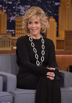 Jane Fonda, looks years younger as she chats with Jimmy Fallon - Hair Style Haircut For Older Women, Sexy Older Women, Jane Fonda Hairstyles, Princess Diana Hair, Medium Hair Styles, Short Hair Styles, Beautiful Old Woman, Cut And Style, Style Me