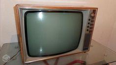 A televisão com acabamento em madeira. | 20 imagens que vão te lembrar a sua infância na casa da sua avó