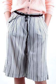 Pantalon à pattes larges ultra confortable. Le pantalon. de longueur midi (en bas du genou) possède une taille haute ajustable (ceinture nouable) et des poches. Embarquez dans la tendance palazzo!! Note : Laurence porte la taille 36. Habituellement 34, mais 36 étant la plus petite taille disponible lors de l'essayage.
