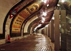 Estación de Chamberí, popularmente llamada Estación fantasma es una estación clausurada del Metro y convertida en museo desde 2008, manteniendo sus baldosas publicitarias originales, diseño y taquillas de los años 60. Pertenecía a la primera linea de metro que tuvo la ciudad, (la linea 1). Fue diseñada por el arquitecto Antonio Palacios, inaugurada el 17 de octubre de 1919 e inspirada en el aspecto de las estaciones parisinas de la época. Foto: Fco.Javier Bravo Tarifa