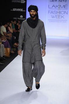 kurta with turban look Indian Men Fashion, Mens Fashion Wear, Fashion Outfits, Kurta Men, Indian Groom Wear, Kurta Style, Mens Kurta Designs, Wedding Dress Men, Lakme Fashion Week