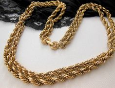 Vintage Unsigned Designer Textured Gold Metal Prince Of Wales Chain Necklace