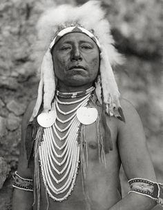 Quelle manière - fier guerrier Crow portrait, année 1905. Native american Vintage art imprimé. Photo d