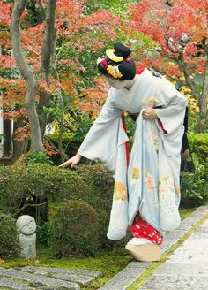 Maiko Toshisumi at Garden of Seiraiin Temple, Kyoto Art Geisha, Geisha Japan, Japanese Geisha, Kyoto Japan, Japanese Beauty, Japanese Kimono, Memoirs Of A Geisha, Art Japonais, Samurai