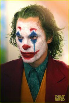Joaquin Phoenix's Joker Casually Walks Through NYC Subway in Full Clown Make… Joaquin Phoenix Joker geht beiläufig durch NYC U-Bahn in Full Clown Make-up als Polizei vorbei Le Joker Batman, Der Joker, Joker Art, Joker And Harley Quinn, Joaquin Phoenix, Joker Poster, Nyc Subway, Joker Halloween, Halloween Makeup