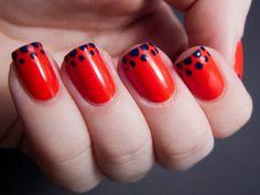 nail art simple superbe vernis-rouge-pois-bleu-foncé